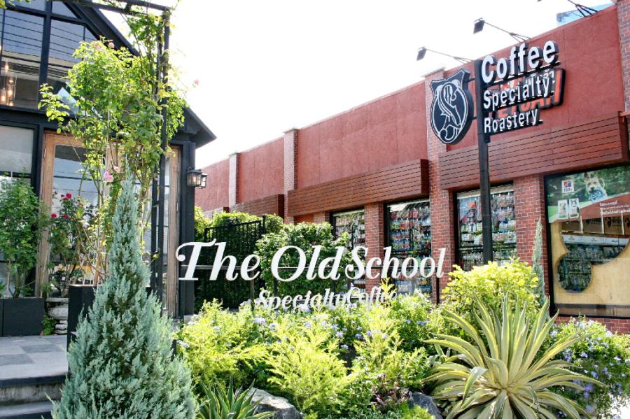รีวิว The Old School สเปเชียลตี้คอฟฟี่ คาเฟ่สุดเฟื่องเรื่องกาแฟและขนม ส่วนบรรยากาศเป็นของแถมแบบหรูๆ ย่านบางใหญ่